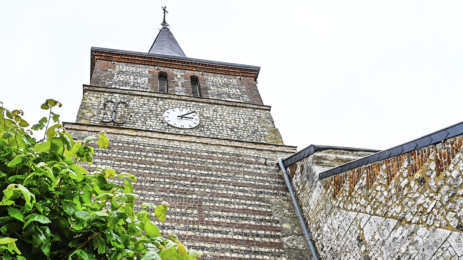 Die Kirche von Le Tilleul mit dem typischen Wechseln von dunklem und hellem Feuerstein sowie Backstein. Foto: Hilke Maunder