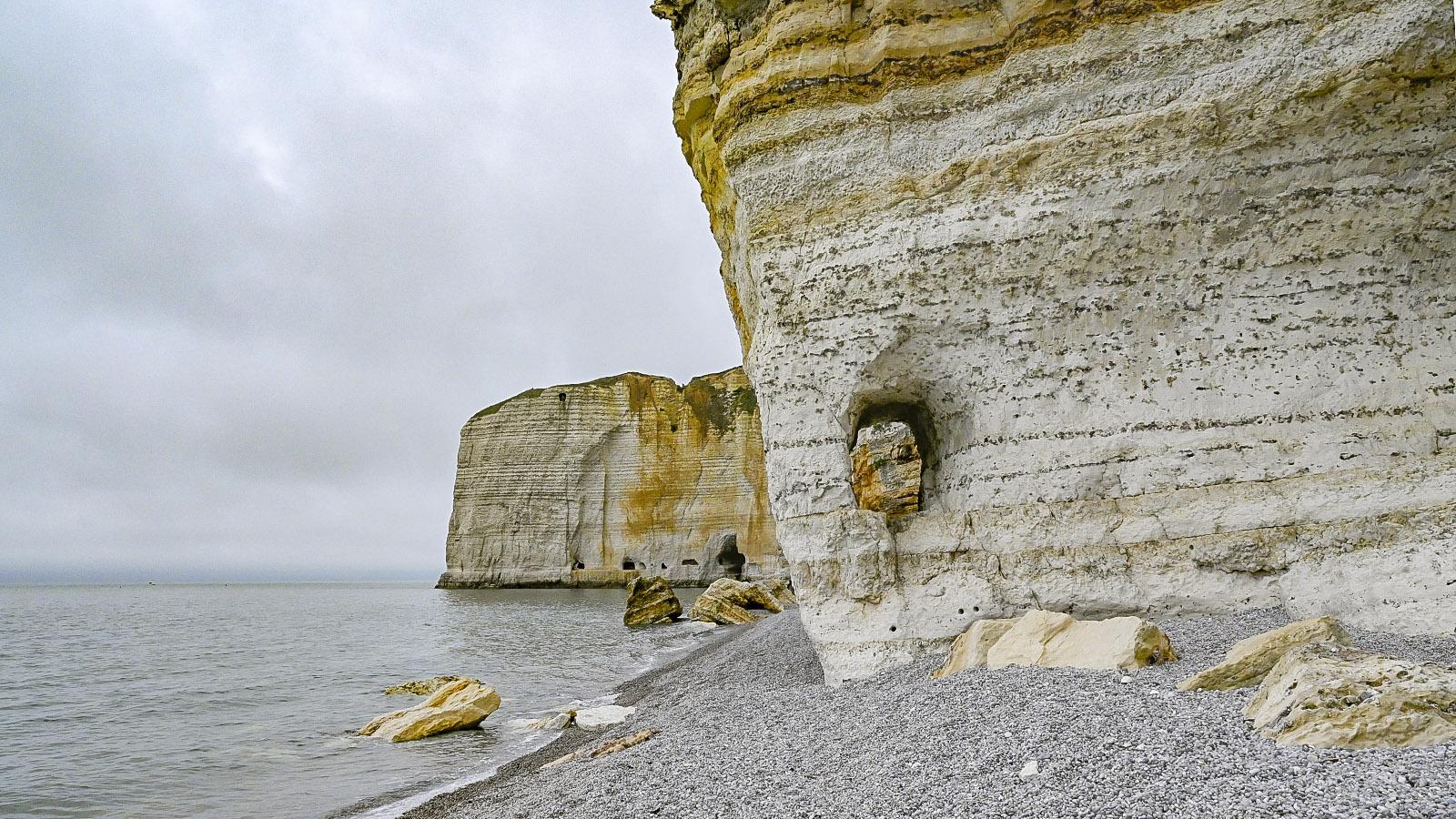 An der Küste von Tilleul sind sehr gut die Einschlüsse von Feuerstein zu erkennen. Fot: Hilke Maunder