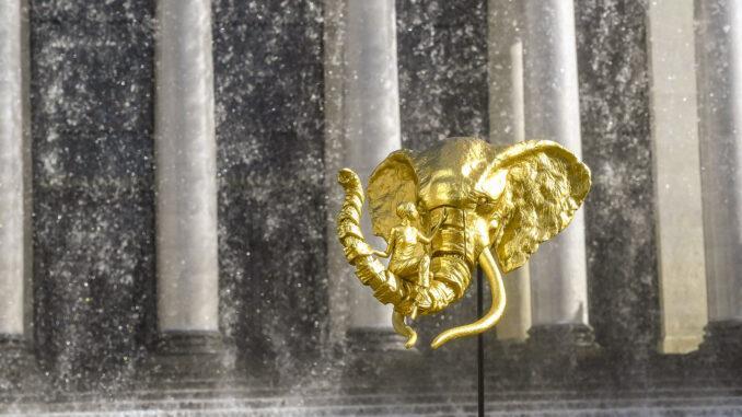 Den Geist entgrenzen - mit der goldenen Farbe Fantasie. Der Elefant der Insel von Nantes vor dem Wasserfall des Stadttheaters. Foto: Hilke Maunder