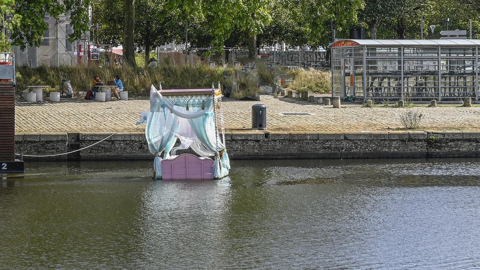 Pas encore mon histoire nannte Vincent Olinet sein schwimmendes Himmelbett auf dem Canal Saint-Félix. Foto: Hilke Maunder