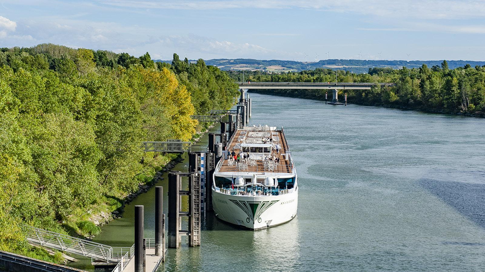 Flusskreuzfahrten in Frankreich: Warten vor der Schleuse - hier auf der Rhône. Foto: Hilke Maunder