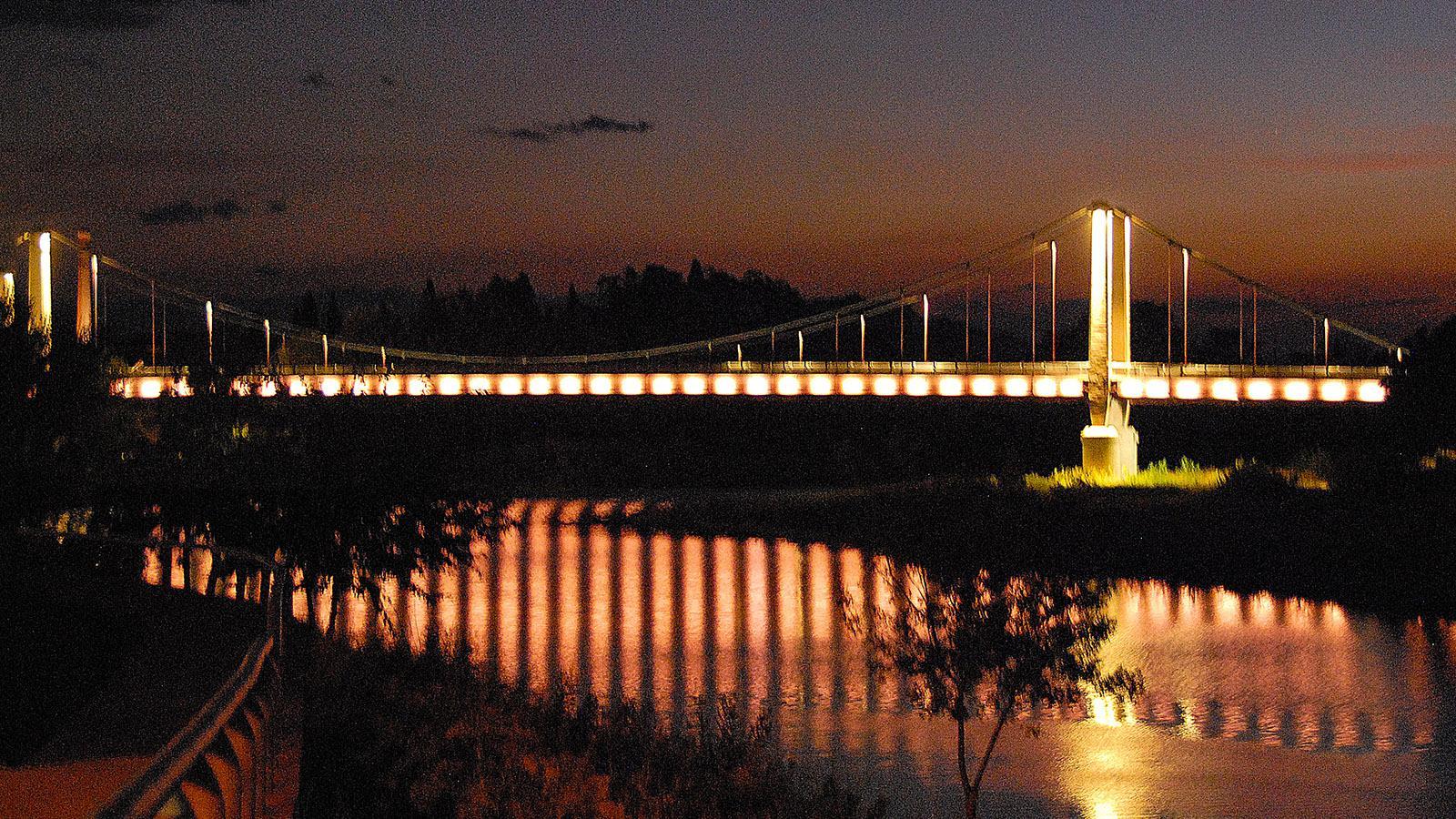 Die Brücke über den Agly wird abends beleuchtet. Foto: Hilke Maunder