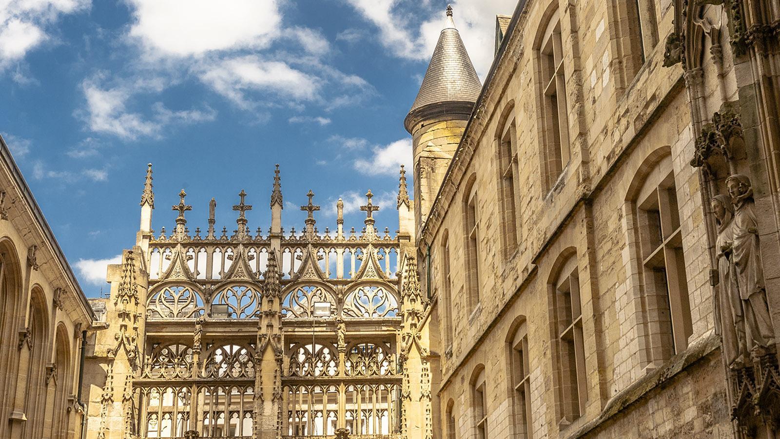 Rouen: Steinschmuck am Seiteneingang der Kathedrale zur Rue Saint-Romain. Foto: Hilke Maunder