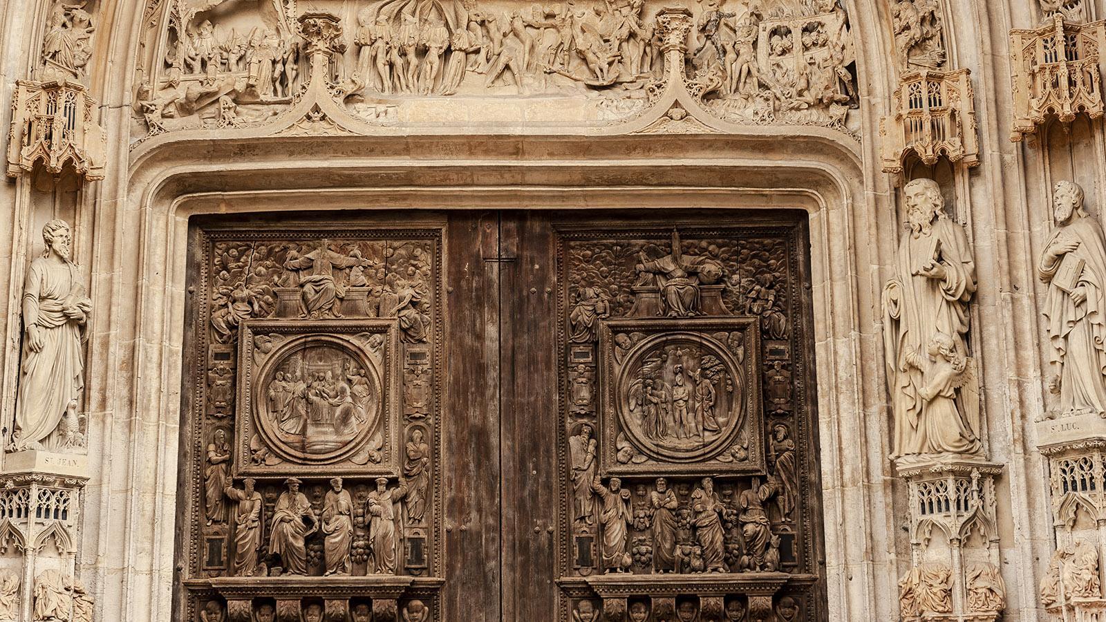 Rouen: Das Portal der Église Saint-Maclou thematisiert Laster und Tugenden. Foto: Hilke Maunder