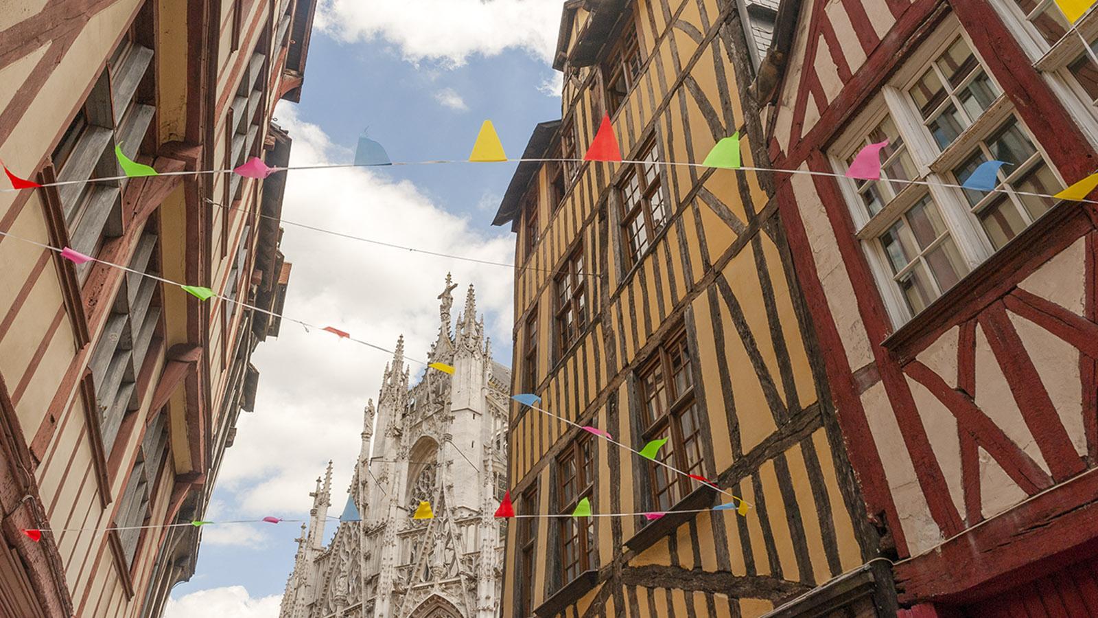 Rouen: die Église Maclou und das Fachwerk der Rue Eugène Dutuit. Foto: Hilke Maunder