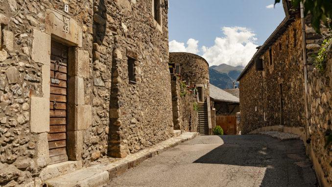 Mittelalter-Häuser aus grobem Naturstein prägen die Gassen und Straßen im alten Llívia. Foto: Hilke Maunder