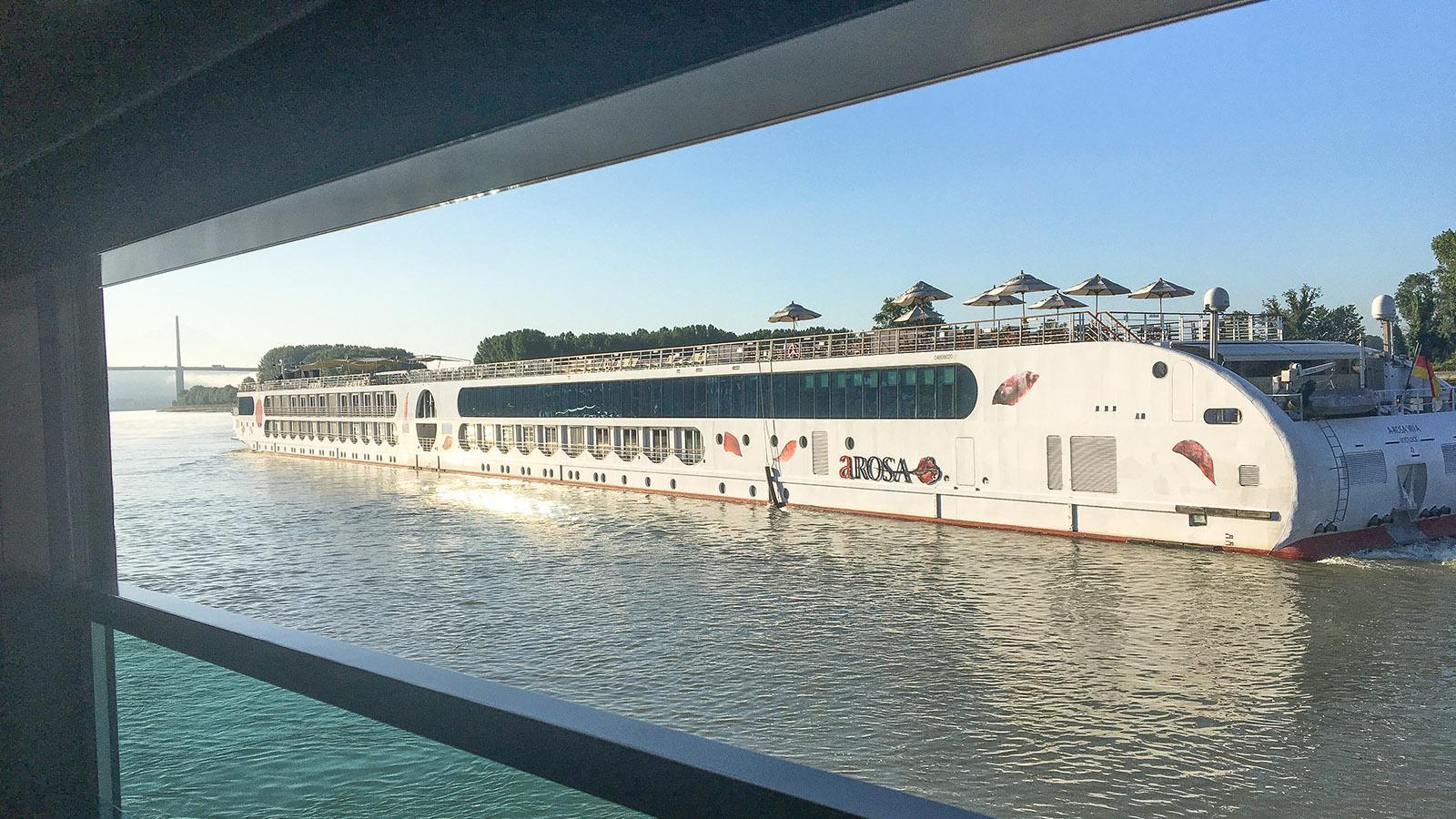 Seine-Comtesse-Kreuzfahrt. Unser Päckchen-Partner: ein A-ROSA-Flussschiff. Foto: Hilke Maunder