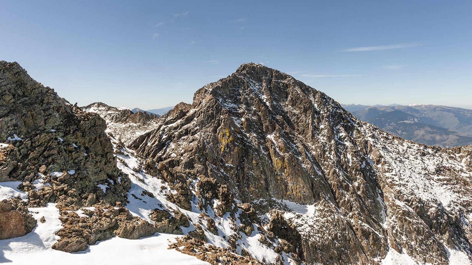 Canigo: Blick auf den Gipfel von der Porteille de Valmanya. Foto: Hilke Maunder