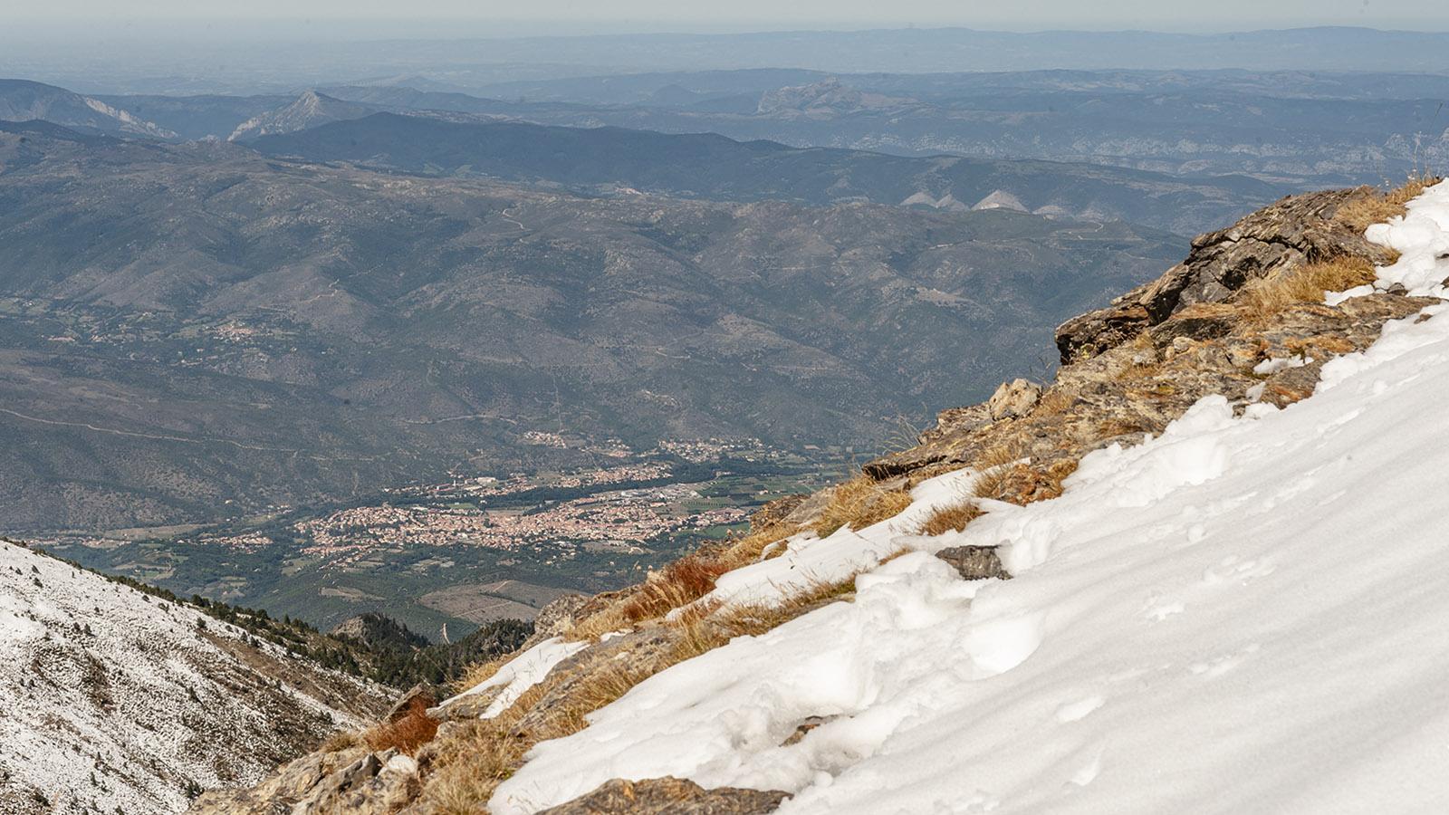 Canigo: Blick von der Porteille de Valmanya auf Prades im Tal der Têt. Foto: Hilke Maunder