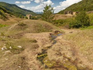 Sals: Blick von der Quelle auf die Domaine de l'Eau Salée. Foto: Hilke Maunder