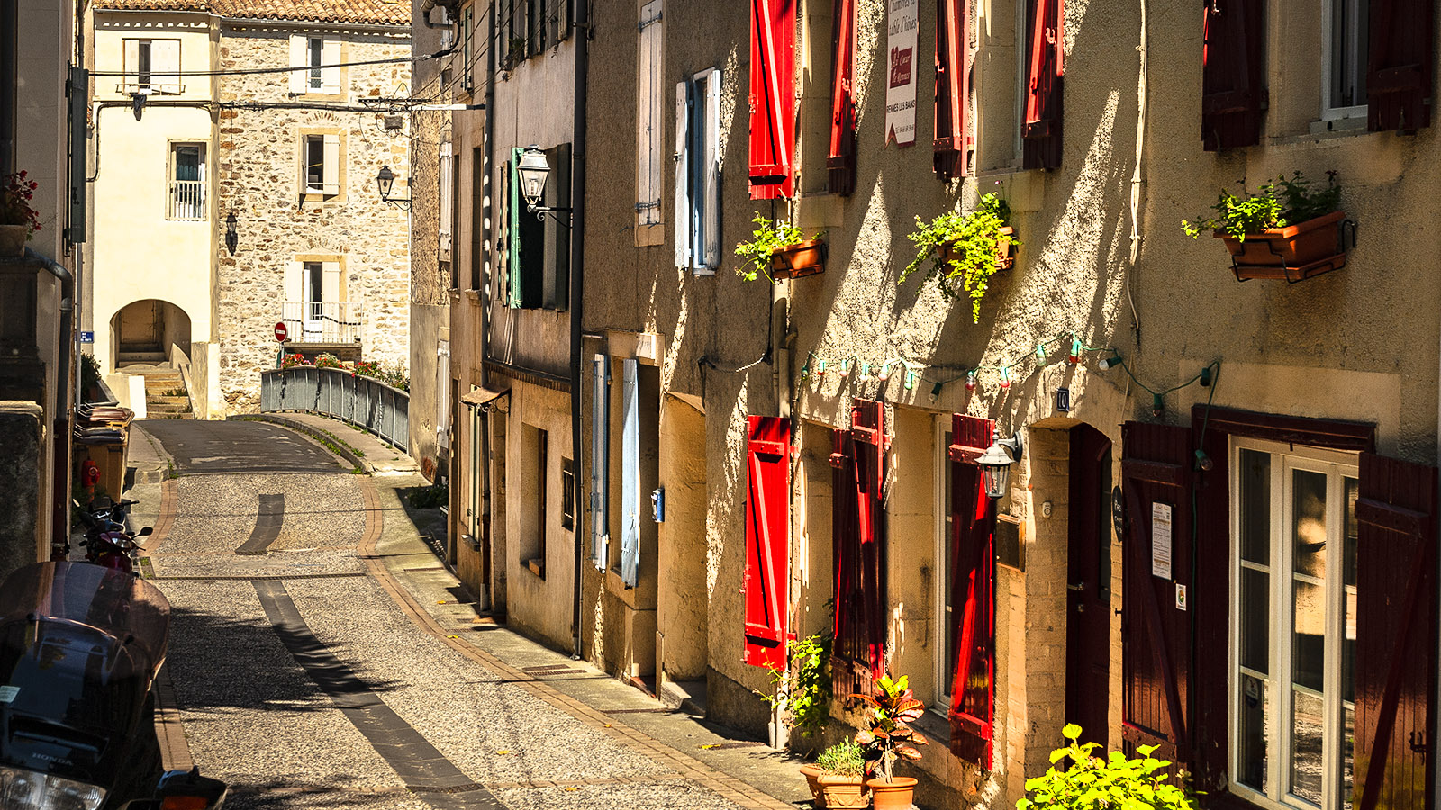 Rennes-les-Bains: Fassaden im alten Ortskern. Foto: Hilke Maunder