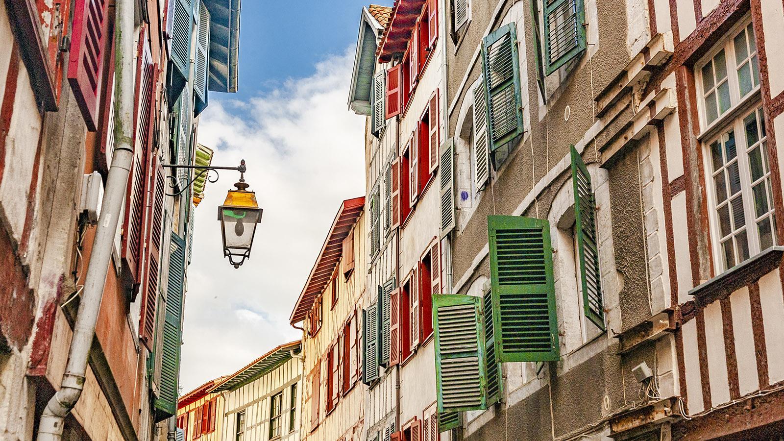 In den Baskenfarben Rot nd Grün: die FFensterläden von Bayonne. Foto: Hilke Maunder