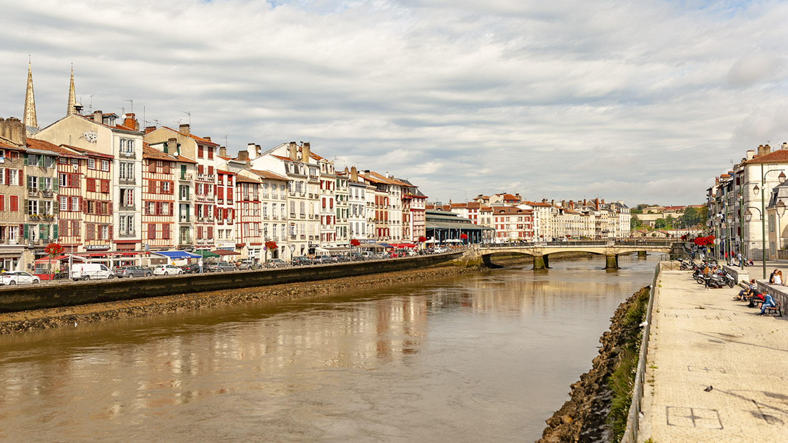 Am Ufer der Nive in Brayonne. Foto: Hilke Maunder