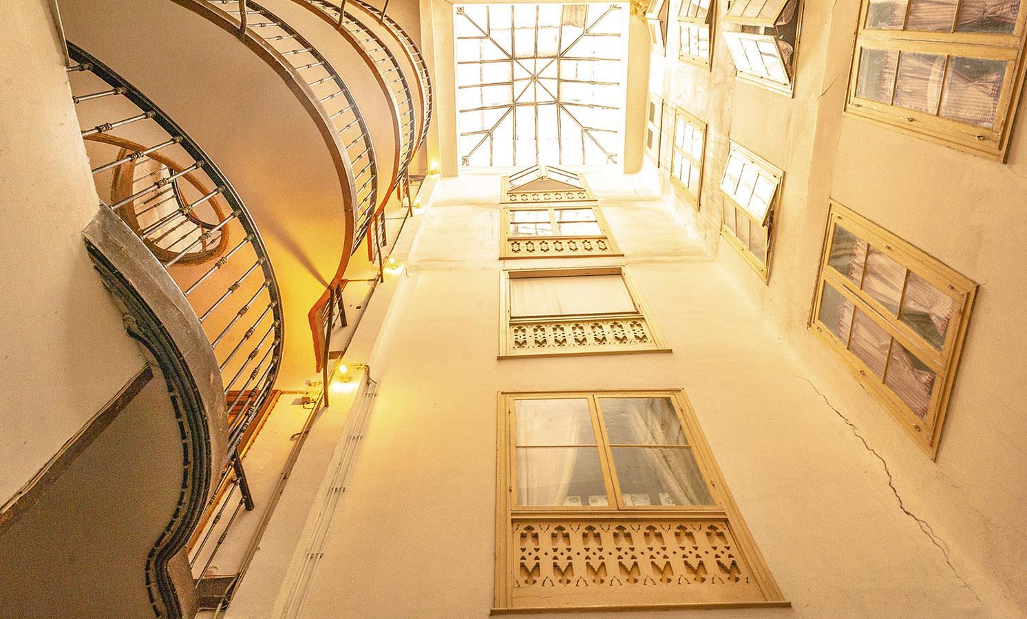 Im Innern der langgestreckten Häuser, die meist zwei parallele Straßen verbinden, findet ihr solche Lichtschächte und Treppen. Foto. Hilke Maunder