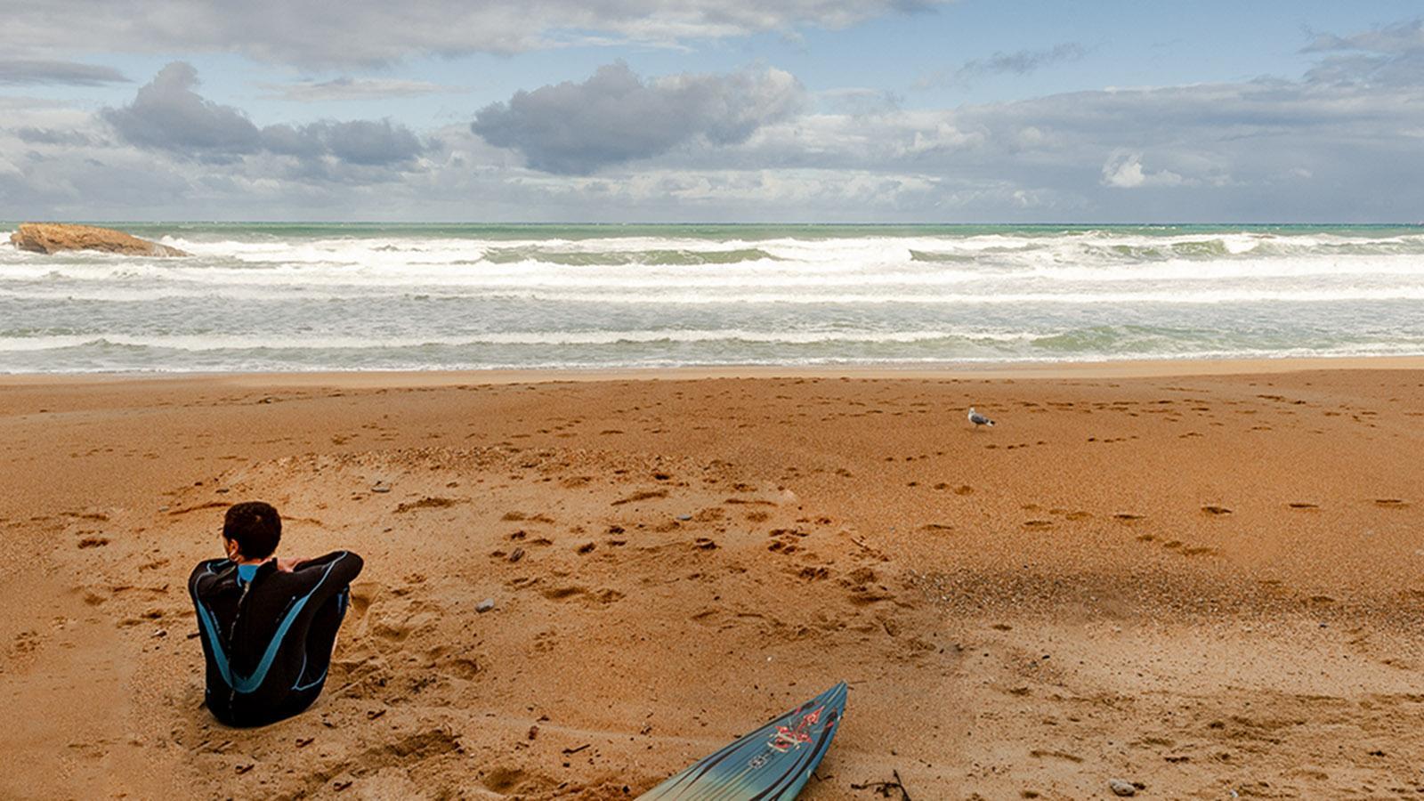 Crampottes. Surferin an der Grande Plage von Biarritz. Foto: Hilke Maunder
