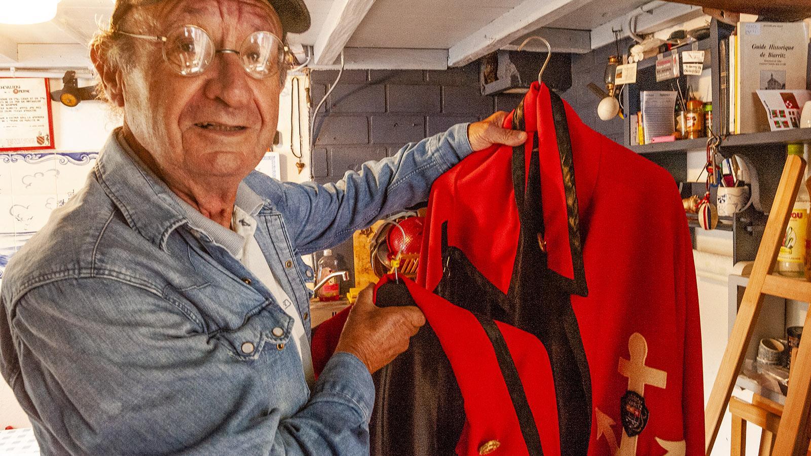 Crampotte. François Doyhamboure mit dem Mantel der Confrerie des Chevaliers de l'Operne