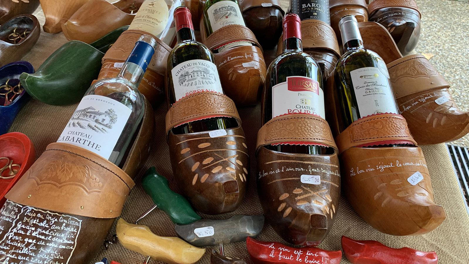 Fête du Gâteau Basque: Sabots, Holzpantinen - kreativ neu genutzt als Weinhalter. Foto: Hilke Maunder
