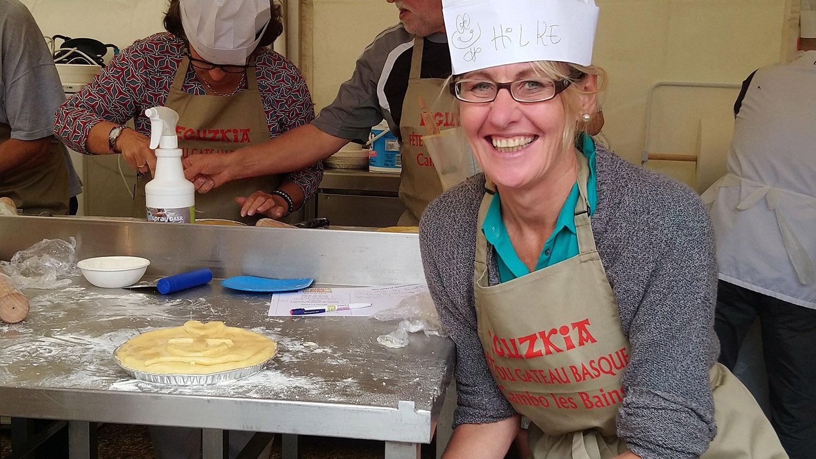 Gâteau-Basque selber backen: nur mit Schürze (euer Souvenir) und Haube! Foto: Hilke Maunder