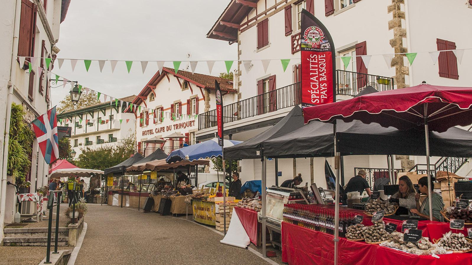 Gâteau-Basque-Wettbewerb: Sechs Kuchentische warten auf die Juroren. Foto: Hilke Maunder