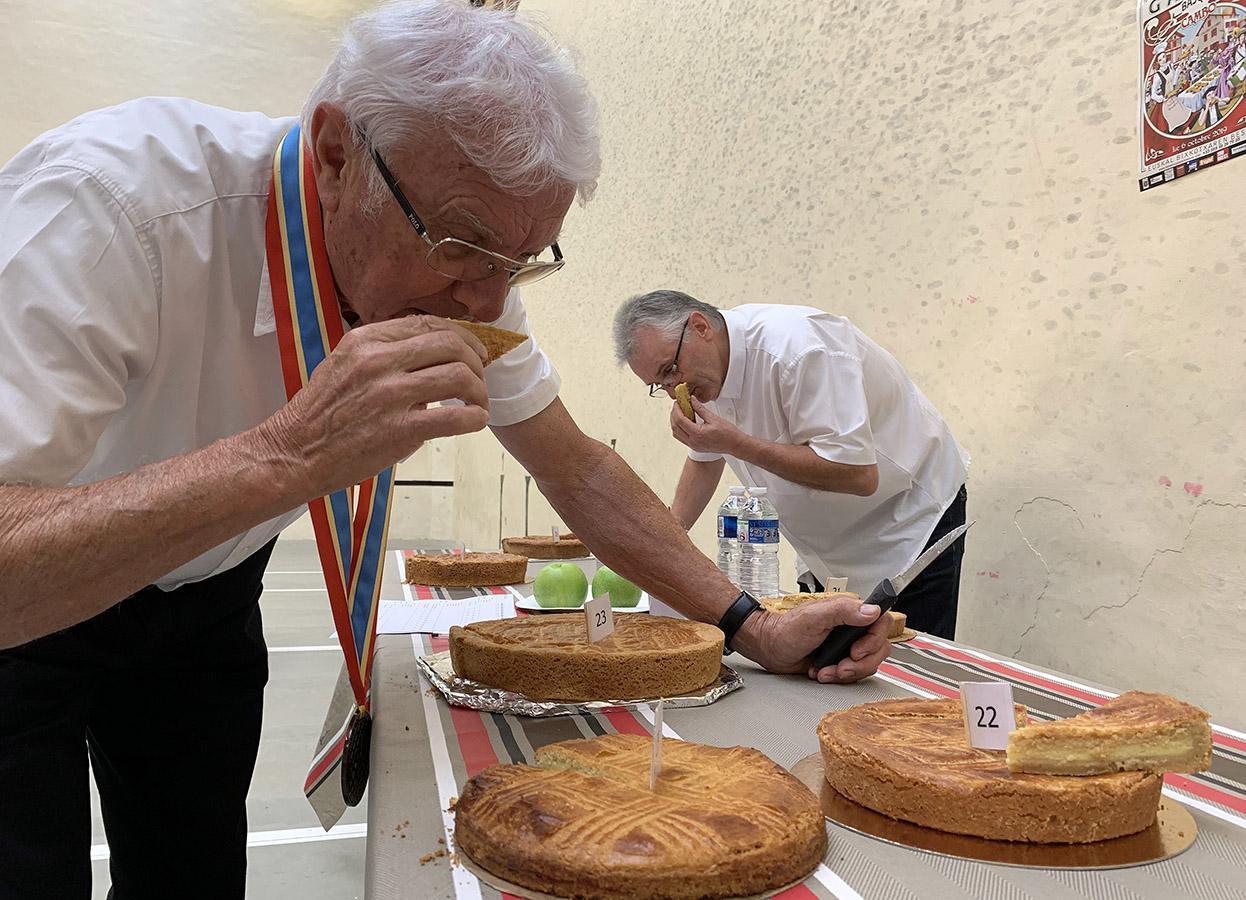 Gâteau Basque: Die Jury prüft Aussehen, Geschmack und Konsistenz. Foto: Hilke Maunder