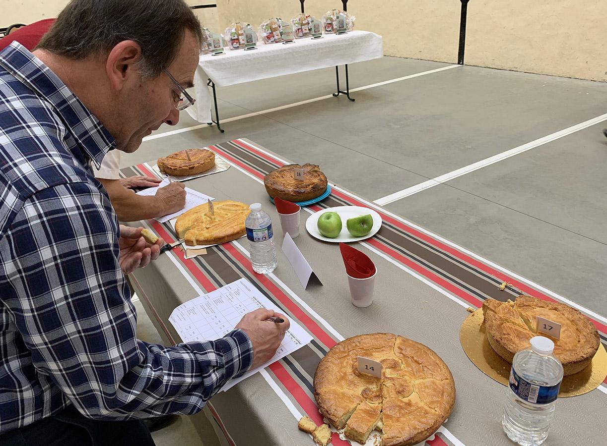 Gâteau Basque: Apfelspalten neutralisieren dem Zuckergeschmack. Foto: Hilke Maunder