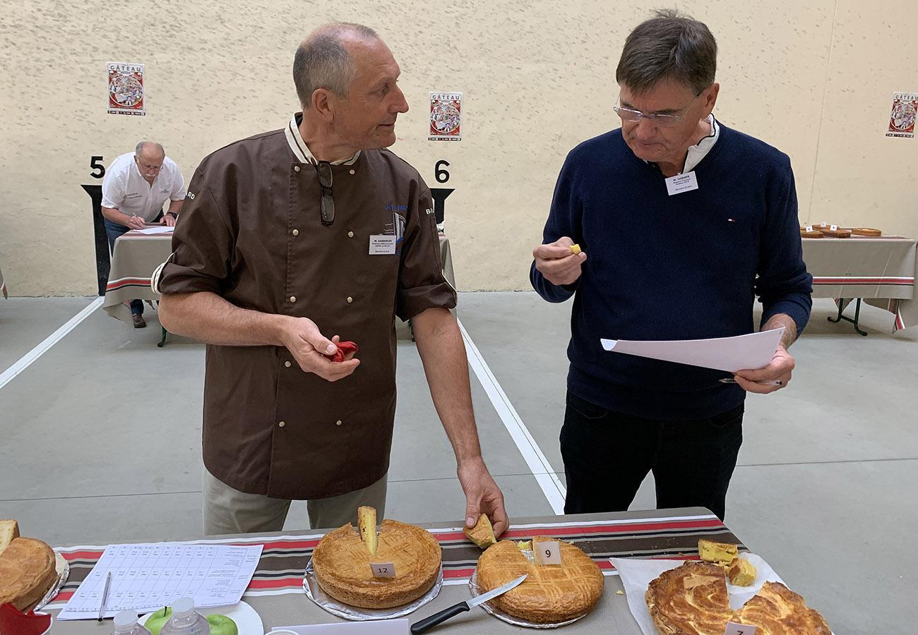 Fête du Gâteau Basque: Auch der Bürgereister von Cambo-les-Bains gehört der Jury an. Foto: Hilke Maunder