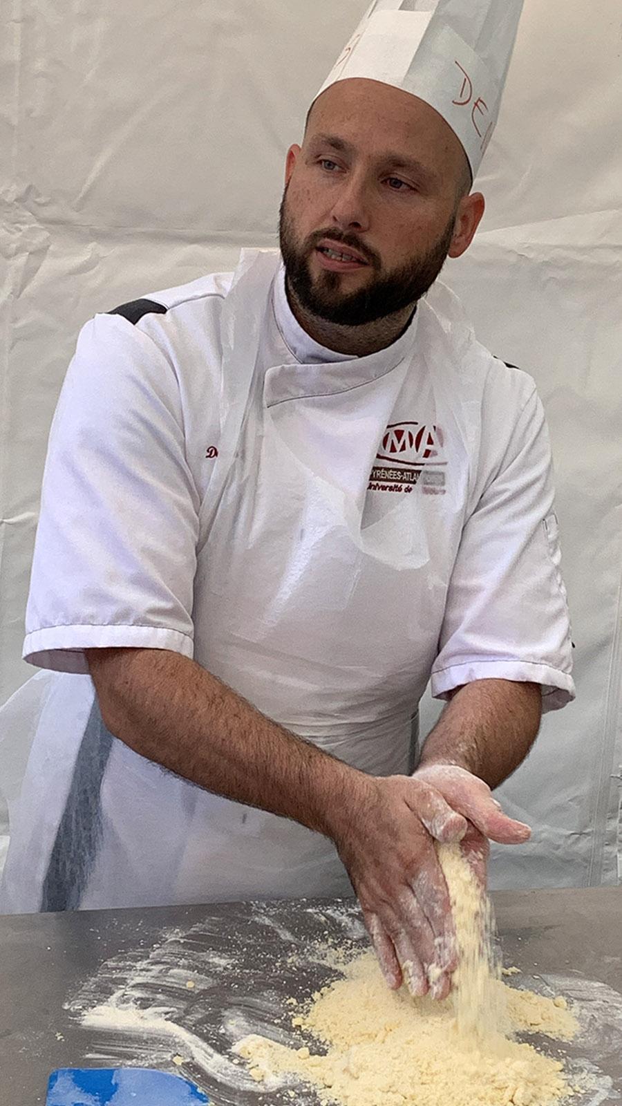 Denis macht es vor: richtig schön sandig muss die Mehl-Butter-Zucker-Mischung sein! Foto: Hilke Maunder