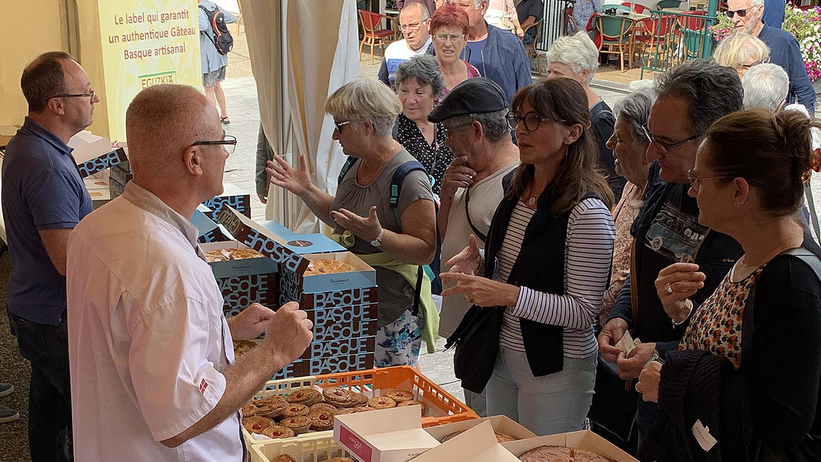 An den Gâteau-Basque-Ständen herrscht besonders großer Andrang. Großzügig werden Kuchenkostproben verteilt. Foto: Hilke Maunder