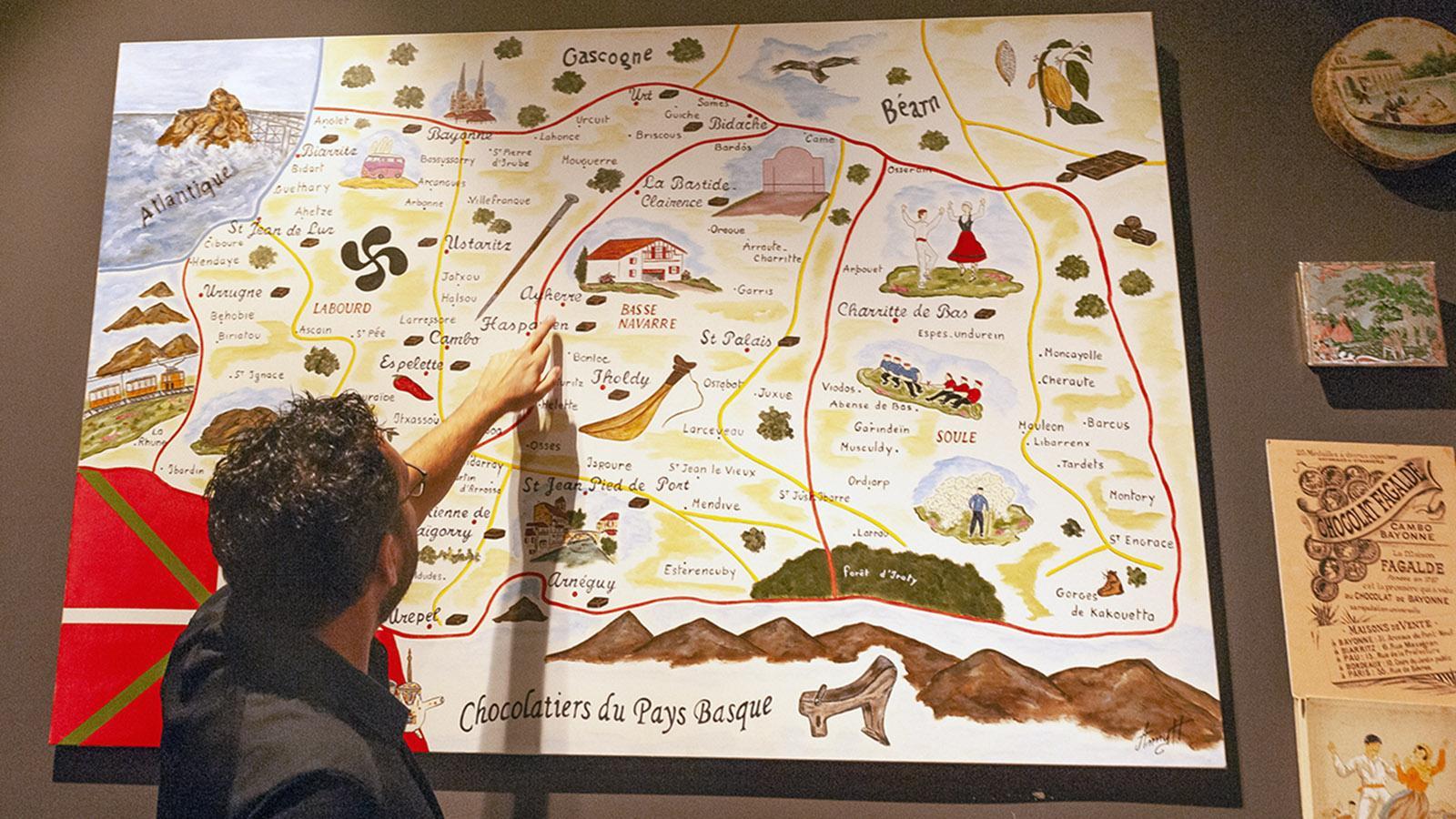 Schokolade im Überblick: Eine Karte verrät, wo einst die Schokoladenhersteller im Baskenland tätig waren. Foto: Hilke Maunder
