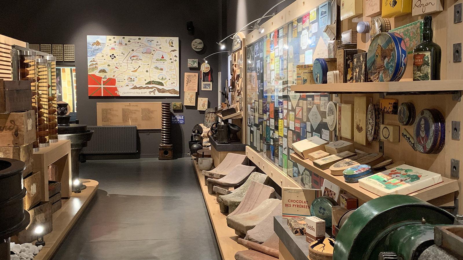 Die 2. kulinarische Tradition neben dem Gâteau Basque. 1787 begann mit der Maison Fagalda die Schokoladenherstellung in Cambo-les-Bains. Seit 2014 hält die Chocolaterie Puyodebat als einer der letzten beiden Kakaoröstereinen und Schokoladenmanufakturen diese Tradition aufrecht. Das Firmenmuseum erzählt davon. Foto: Hilke Maunder