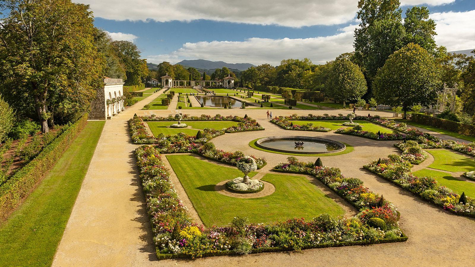 Blick aus dem ersten Stock der Villa Arnaga in Cambo-les-Bains auf den formellen französischen Garten. Foto: Hilke Maunder