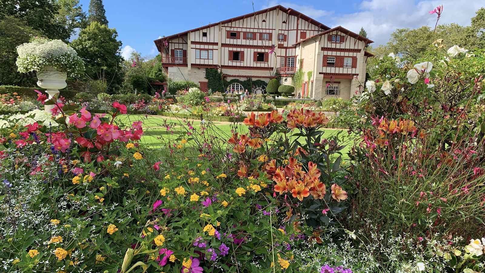 """Fête du Gâteau Basque. Auch Edmond Rostand liebte Cambo-les-Bains. Der Autor des """"Cyrano de Bergera"""" errichtete dort eine Villa im typisch baskischen Stil. Foto: Hilke Maunder"""