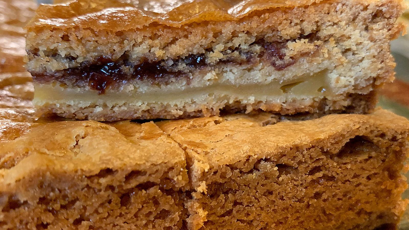 Gâteau Basque mit Krem und Schwarzkirsche. Foto: Hilke Maunder
