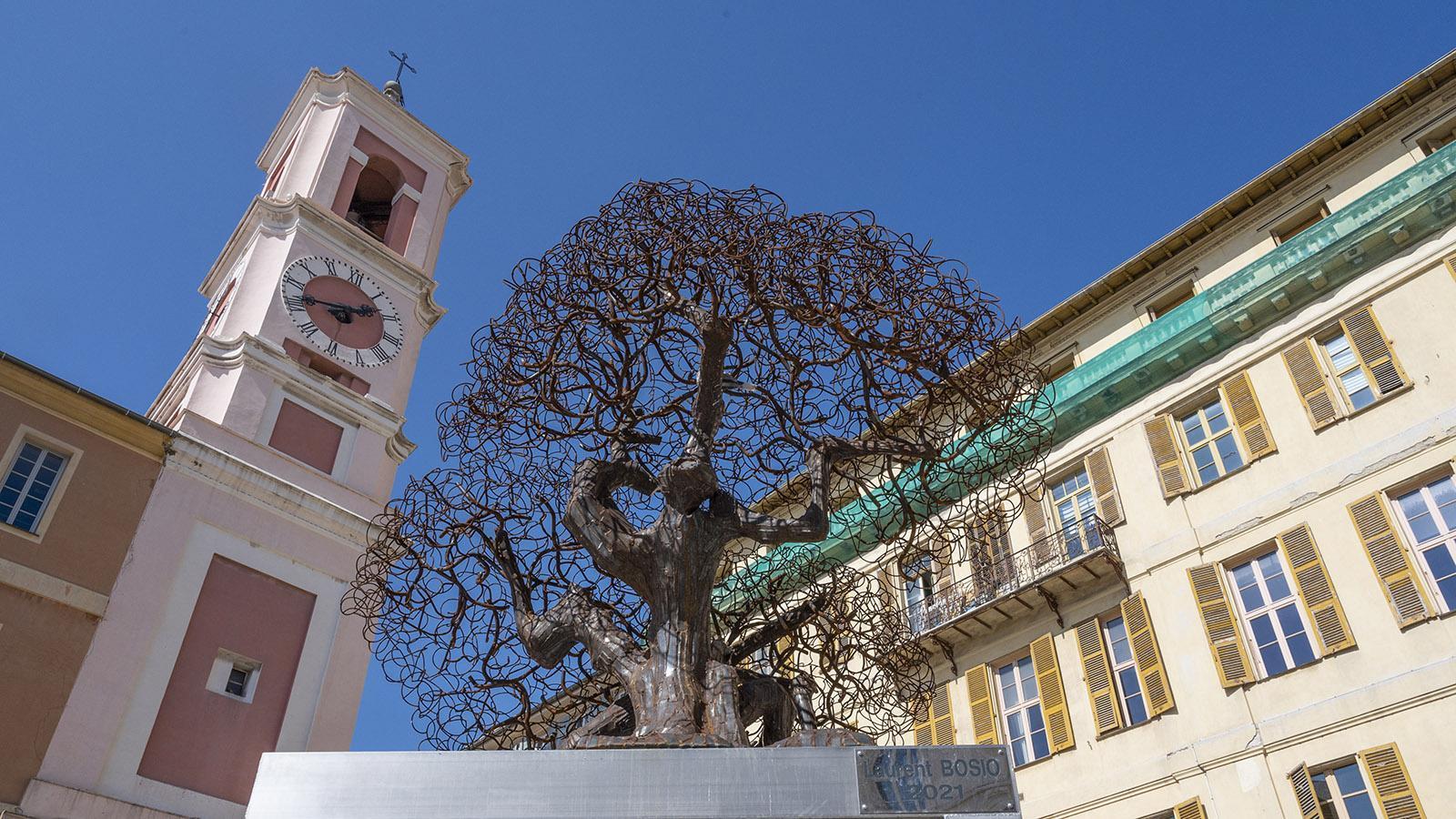 Vor der Kathedrale von Nizza erhebt sich seit 2021 diese Ölbaum-Skulptur. Foto: Hilke Maunder