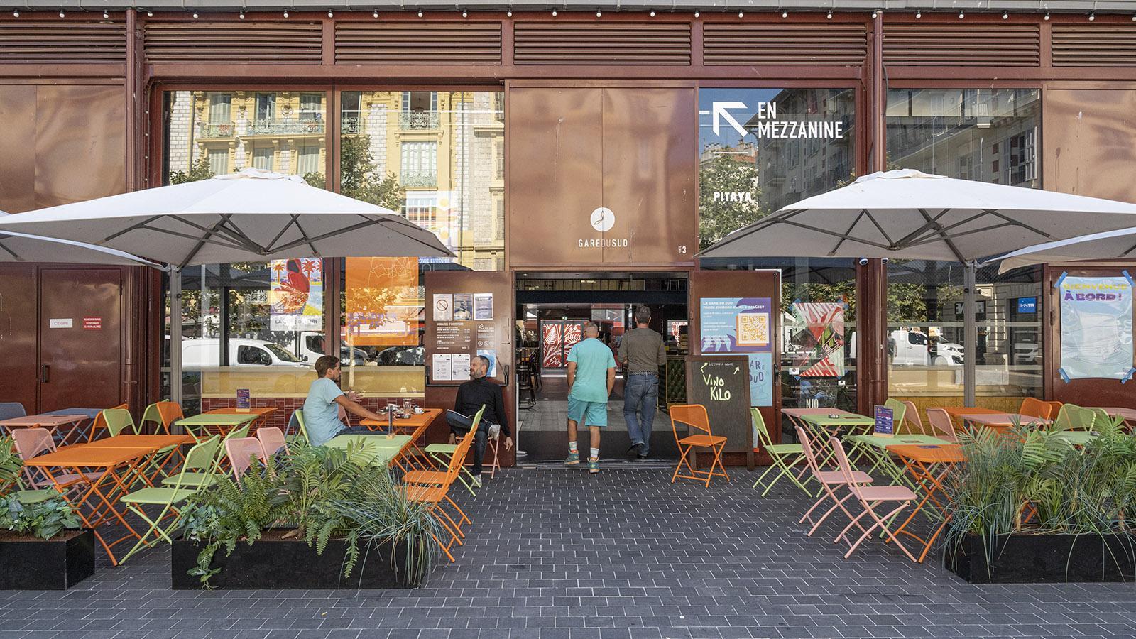 An zwei der Eingänge zur Gare du Sud findet ihr Terrassencafés. Foto: Hilke Maunder