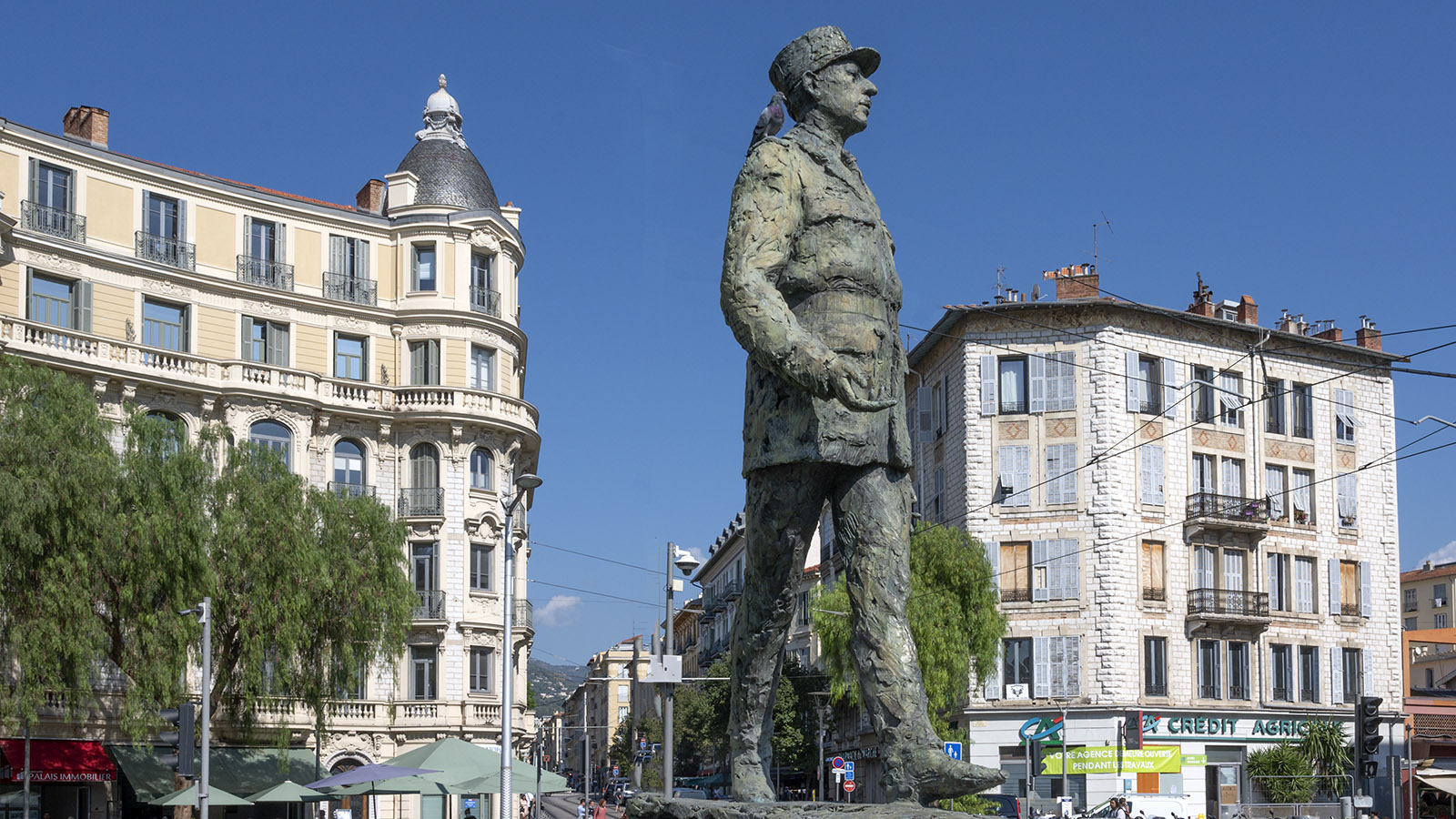 Den Platz schmückt die Statue des Generals Charles de Gaulle. Foto: Hilke Maunder