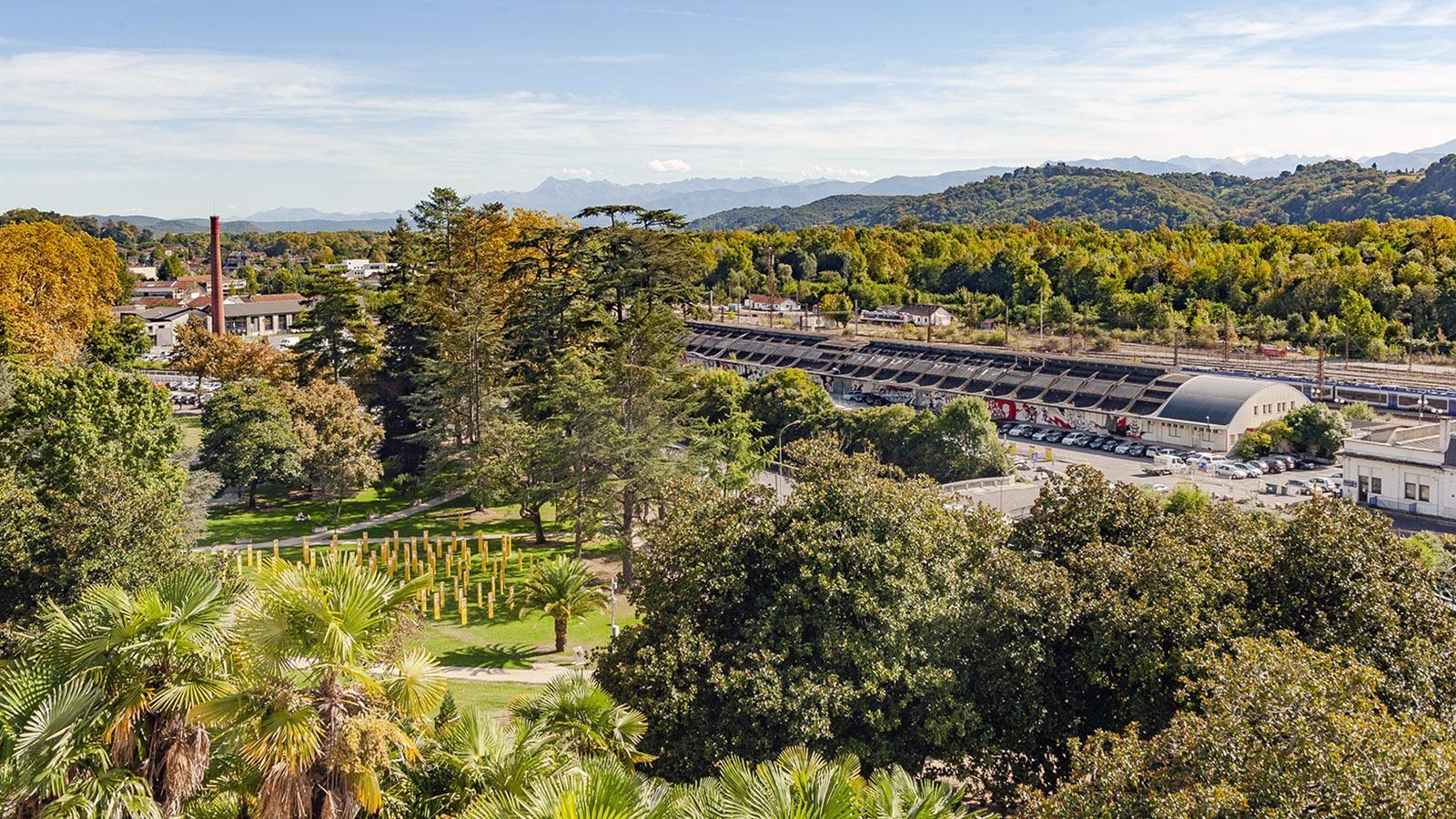 Pau: Blick auf die Pyrenäen und Parc Tissué im Tal. Foto: Hilke Maunder