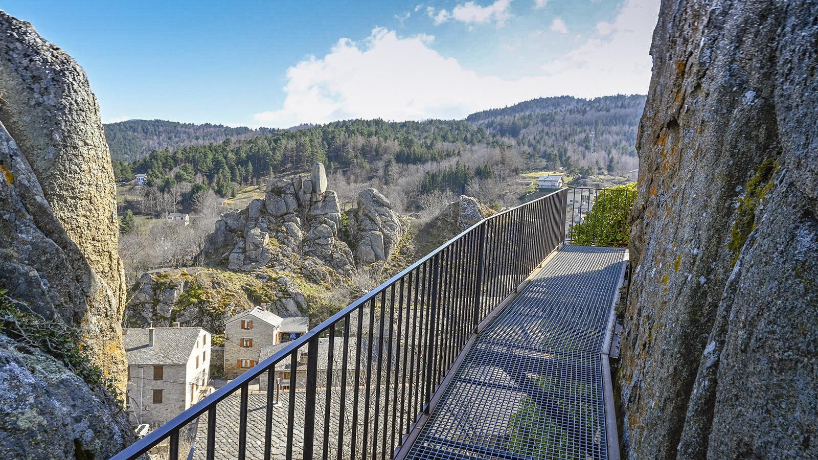 Der Zugang zur Burg mit seinen Gitterrosten. Foto: Hilke Maunder