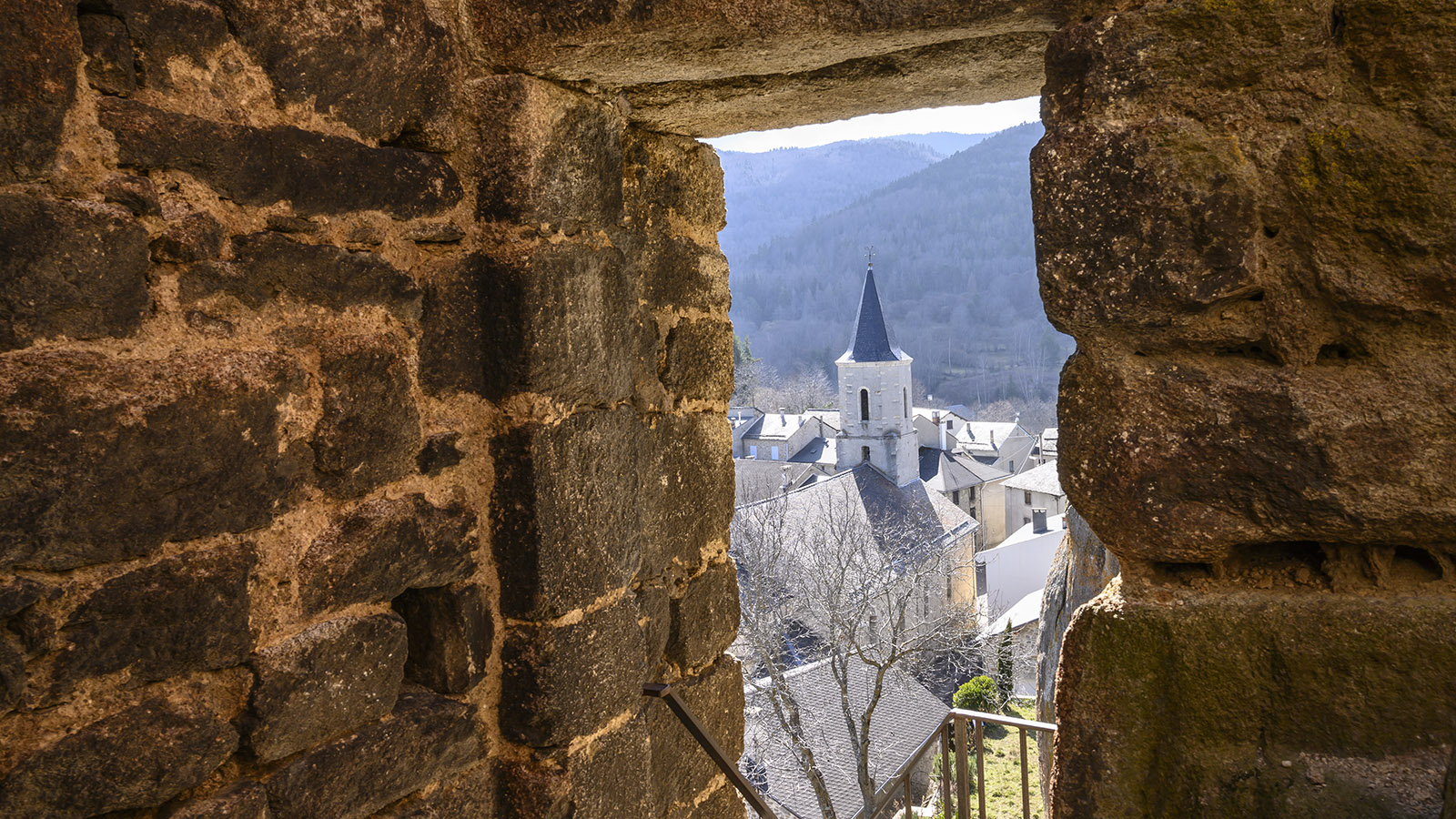 Blick von der Burg auf die Pfarrkirche von Quérigut. Foto: Hilke Maunder