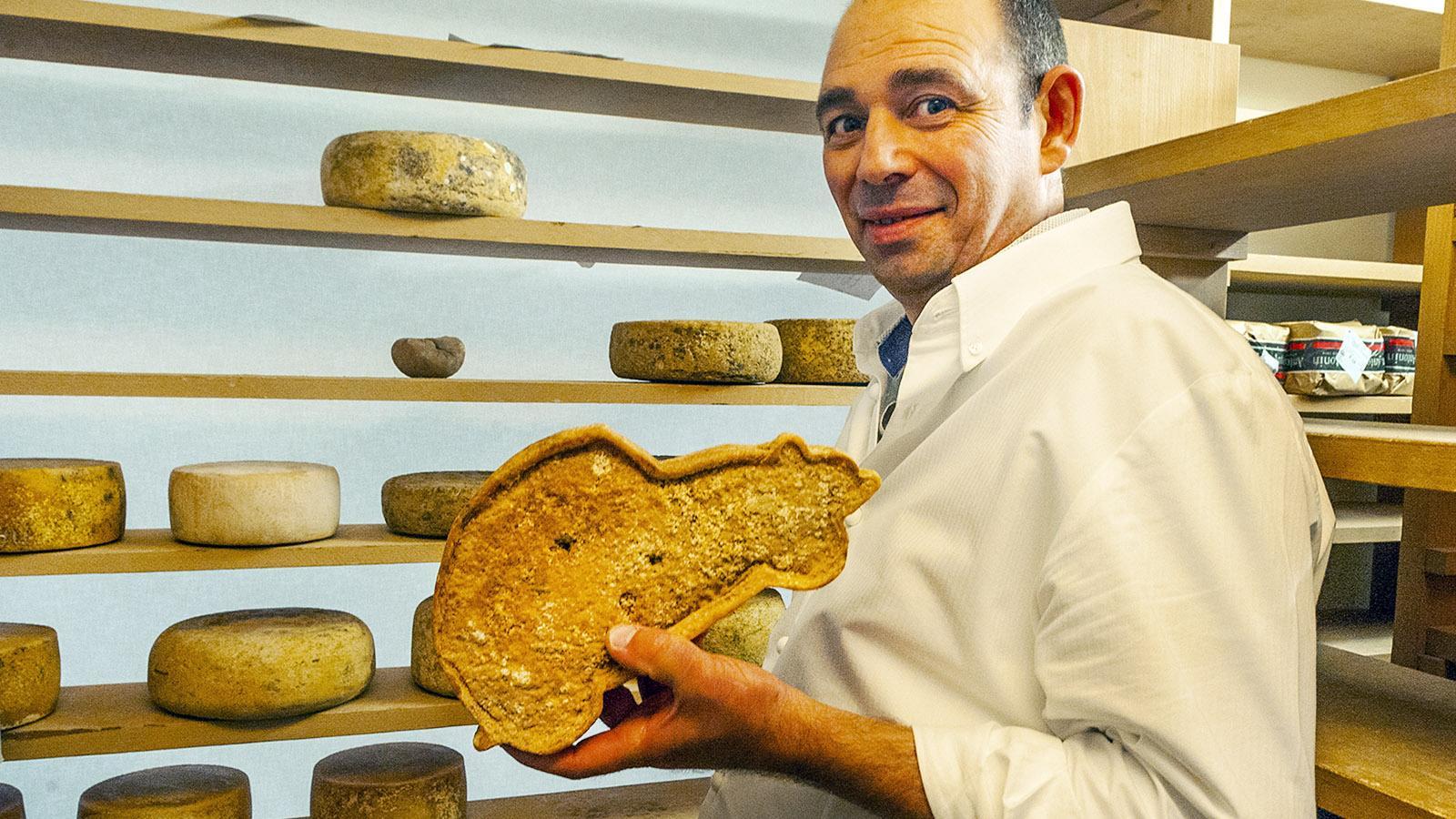 Saint-Jean-de-Luz: Käsemeister Benat Moity. Auch der Wagen ist ein Käse! Foto: Hilke Maunder
