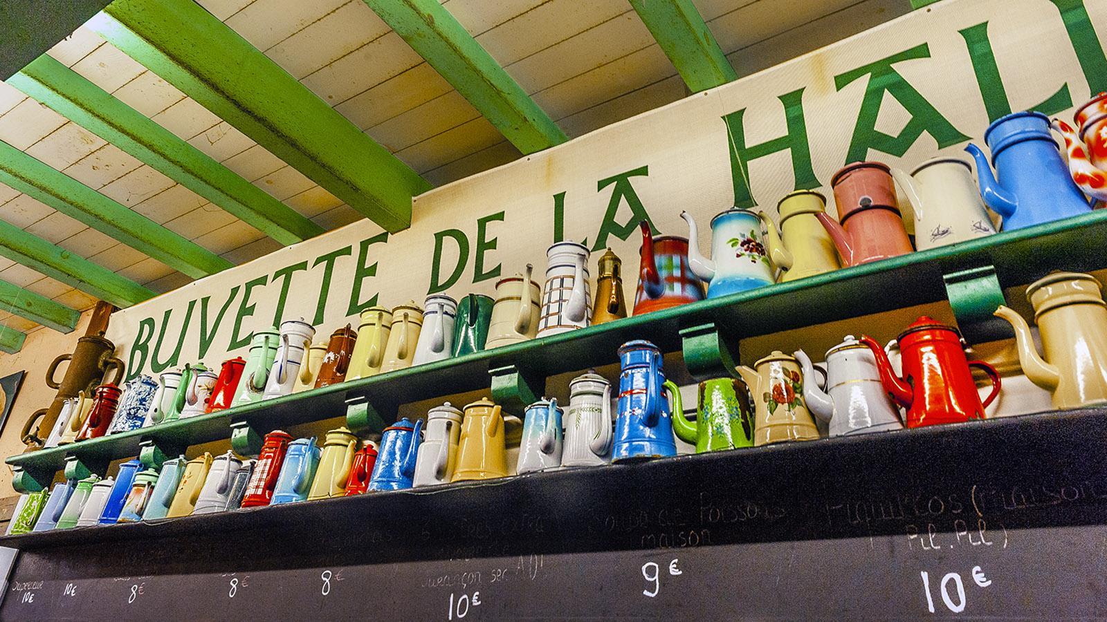 Saint-Jean-de-Luz: die Kännchensammlung der Buvette in der Markthalle. Foto: Hilke Maunder