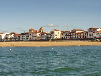 Saint-Jean-de-Luz: Stadtamsicht vom Strand. Foto: Hilke Maunder