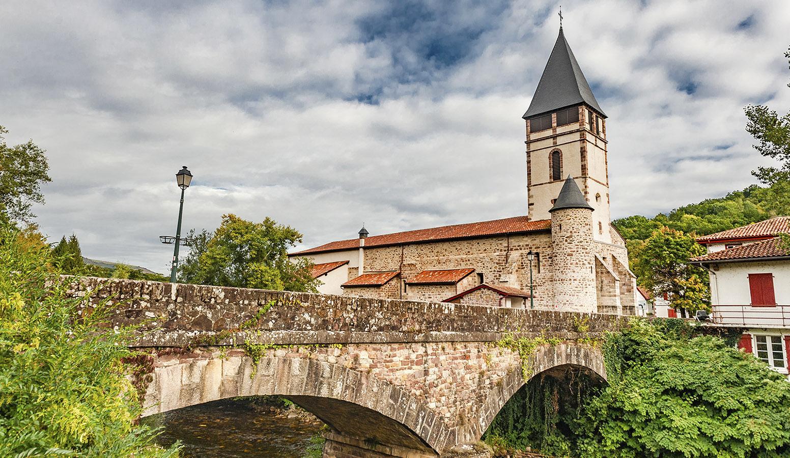 Die Pfarrkirche von St-Etienne-de-Baigorry_Kirche mit dem Ponzt Roman über Nive des Aldudes. Foto: Hilke Maunder