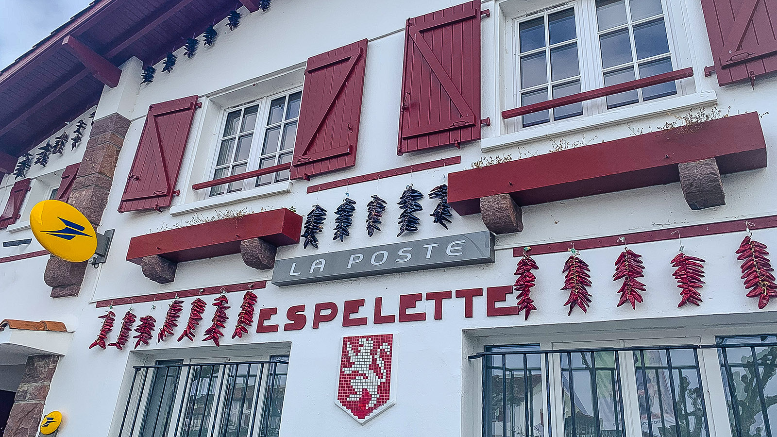 Selbst die Post schmückt der Piment d'Espelette. Foto: Hilke Maunder