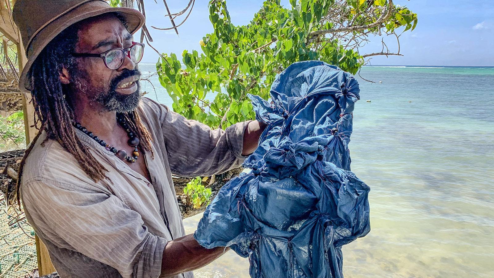 Marie-Galante: Pierre Mouda färbe mit Indigo traditionell wie einst die Baumwolle. Foto: Hilke Maunder