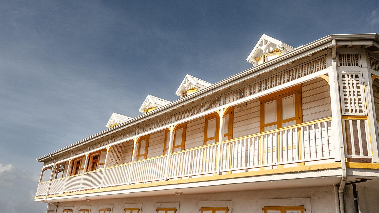 Marie-Galante: weiße Häuser, bunt verziert - eine solche Architektur ist typisch für Marie-Galante. Foto: Hilke Maunder