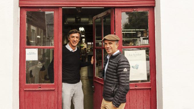 Le Soulor: Stéphane und Philippe vor der traditionsreichen Schuhmacherei von Pontacq. Foto: Hilke Maunder
