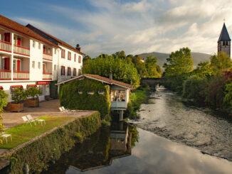 Das Hôtel Arce liegt direkt an der Nive des Aldudes in Saint-Étienne-de-Baigorry. Foto: Hilke Maunder