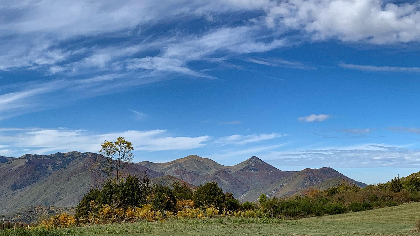 Bis 2.800 m hoch umrahmen die Bergspitzen der Pyrenäen den Donezan. Foto: Hilke Maunder