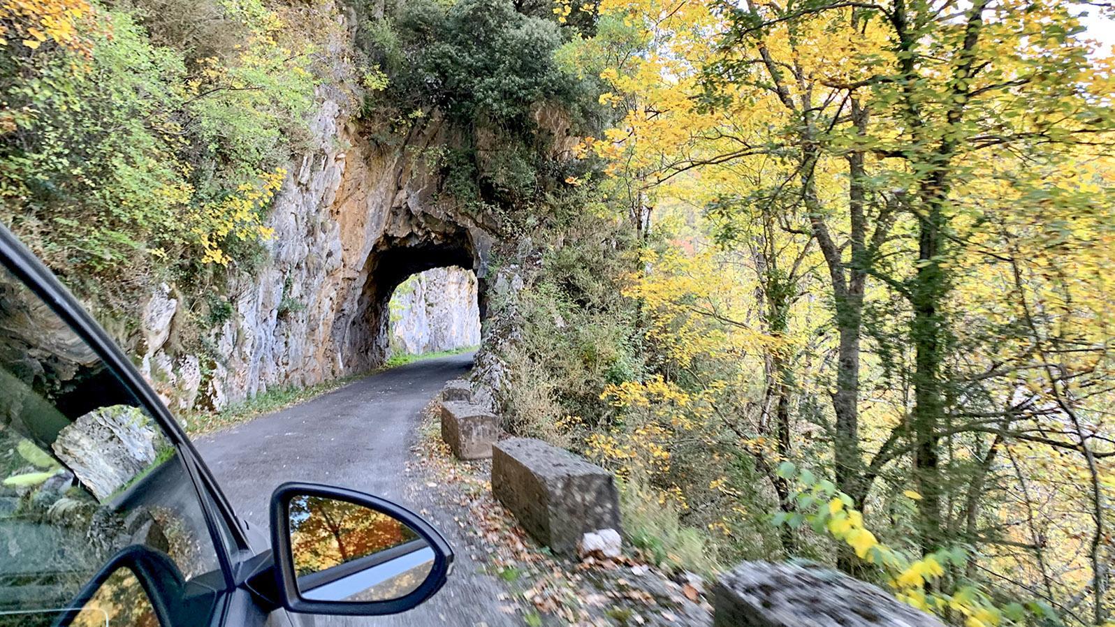 Donezan: schmale Landstraße und immer wieder Felsdurchbrüche... Foto: Hilke Maunder